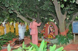 Swami Smaranananda performs arati at Litchi Vedi.