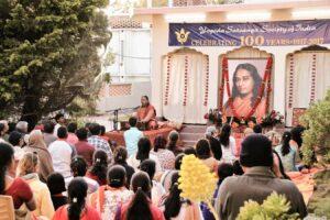 Swami Vasudevananda then leads the bhajans.