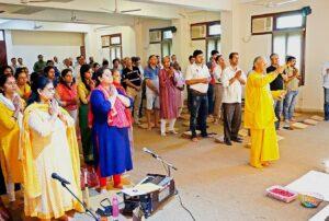 Brahmachari Vinayananda performs arati, Gurugram.