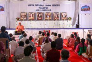 Swami Omkarananda gives a talk to Thanjavur devotees.