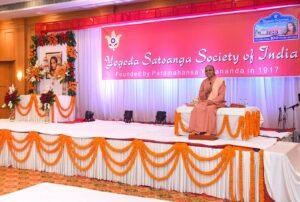 Swami Smaranananda delivers a talk on Gurudeva's teachings, Hissar.