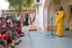 Brahmachari Swaroopananda speaks to the parents and children.