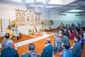 Brahmachari Sheelananda gives a talk to devotees at Delhi kendra.