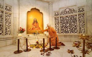 Swamiji lights a candle infront of Gurudeva during Diwali celebrations.