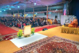 Swami Vasudevananda gives a discourse.