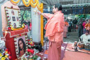 Swami Chaitanyananda performs arati.