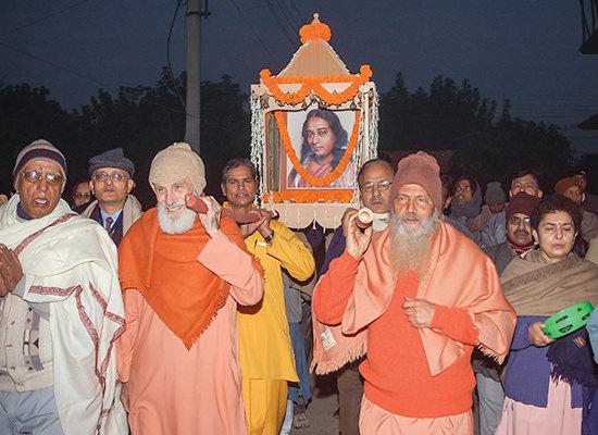 Swamis Shantananda and Nityananda during prabhat pheri