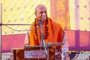 Swami Suddhananda addresses the devotees.