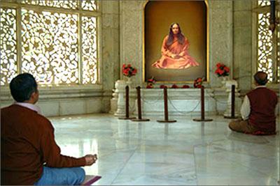 devotees-meditating-smriti-mandir-ranchi