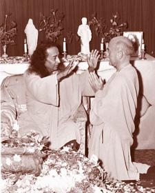 ராஜரிஷி ஜனகானந்தாவை ஆசீர்வதிக்கும் யோகானந்தர்