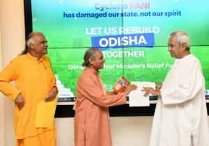 Swami Smaranananda presents a cheque of Rs. 15 Lacs to the Hon'ble Chief Minister of Odisha, Sri Naveen Patnaik.